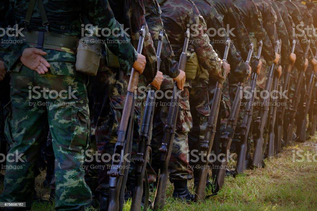 Soldaten stehen in Reihe. Waffe in der hand. Armee, Militärstiefel Linien der Kommando-Soldaten in Tarnung Uniformen Thailand – Foto
