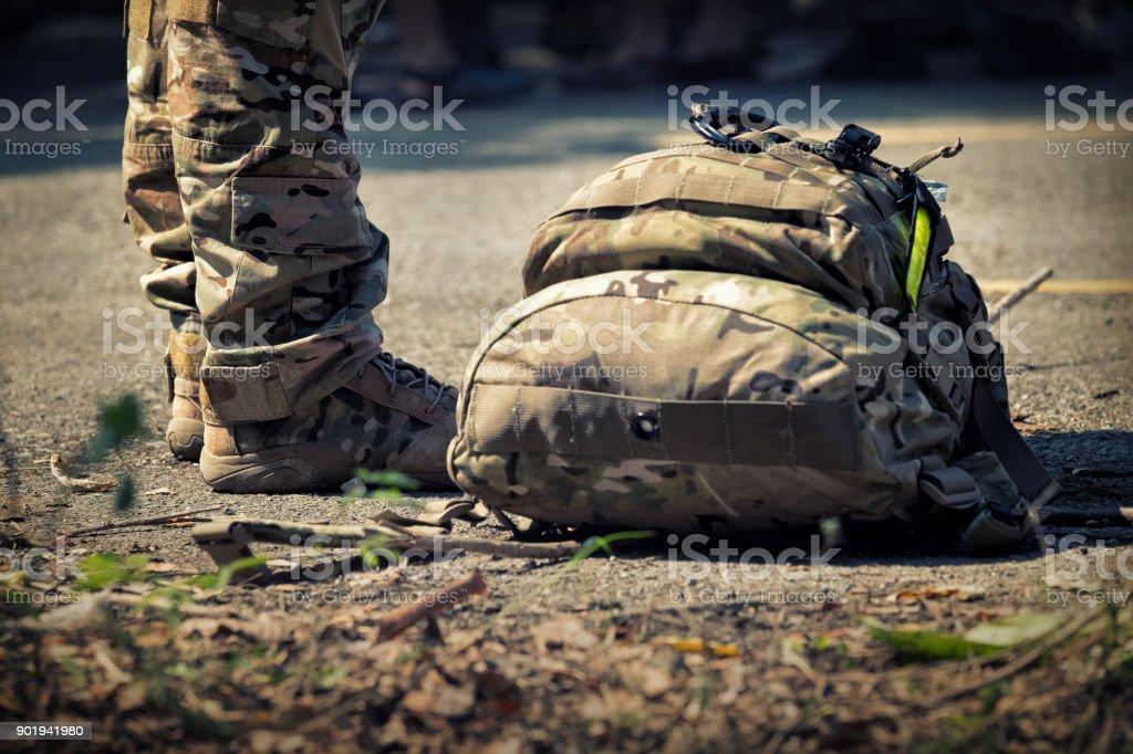 Soldaten stehen mit Tasche. Armee, Militärstiefel Linien der Kommando-Soldaten in Tarnung Uniformen – Foto