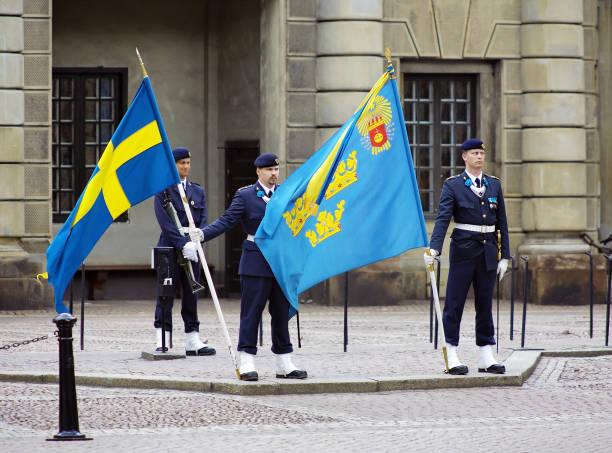 Soldados com bandeiras no pátio do palácio real de Estocolmo, Suécia - foto de acervo
