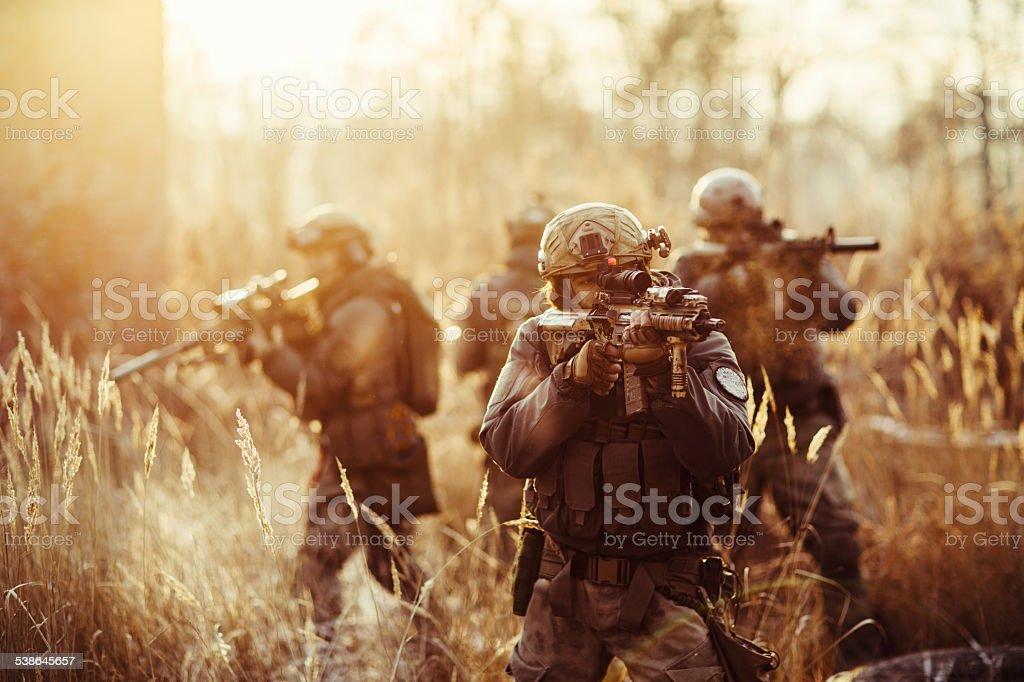 Soldados con pistolas en el campo de - foto de stock