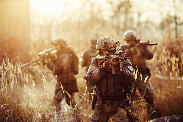 soldados con pistolas en el campo de - personal militar fotografías e imágenes de stock