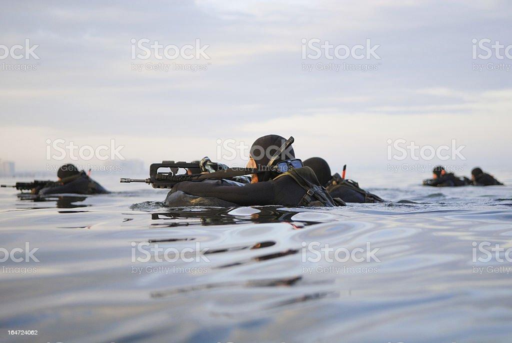 Soldaten mit Waffen Schwimmen im Meer – Foto