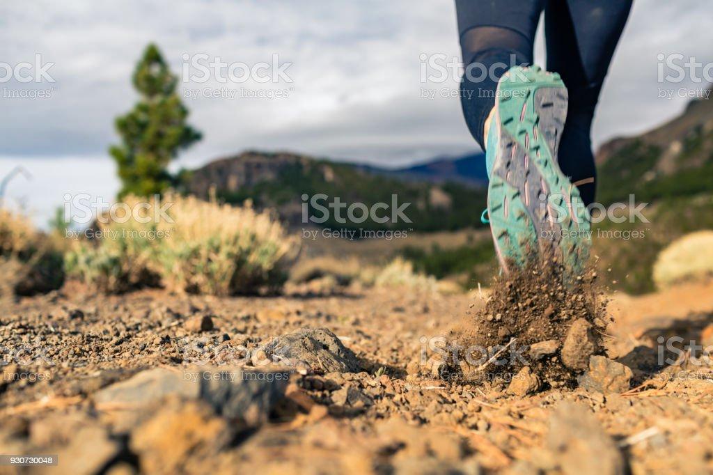 Schuhsohle Wandern in Bergen auf felsigen Fußweg – Foto