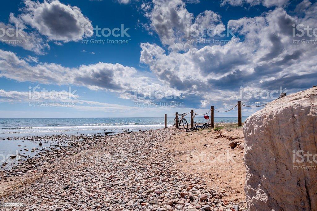 Solitary coastline on a bright sunny day - foto de stock