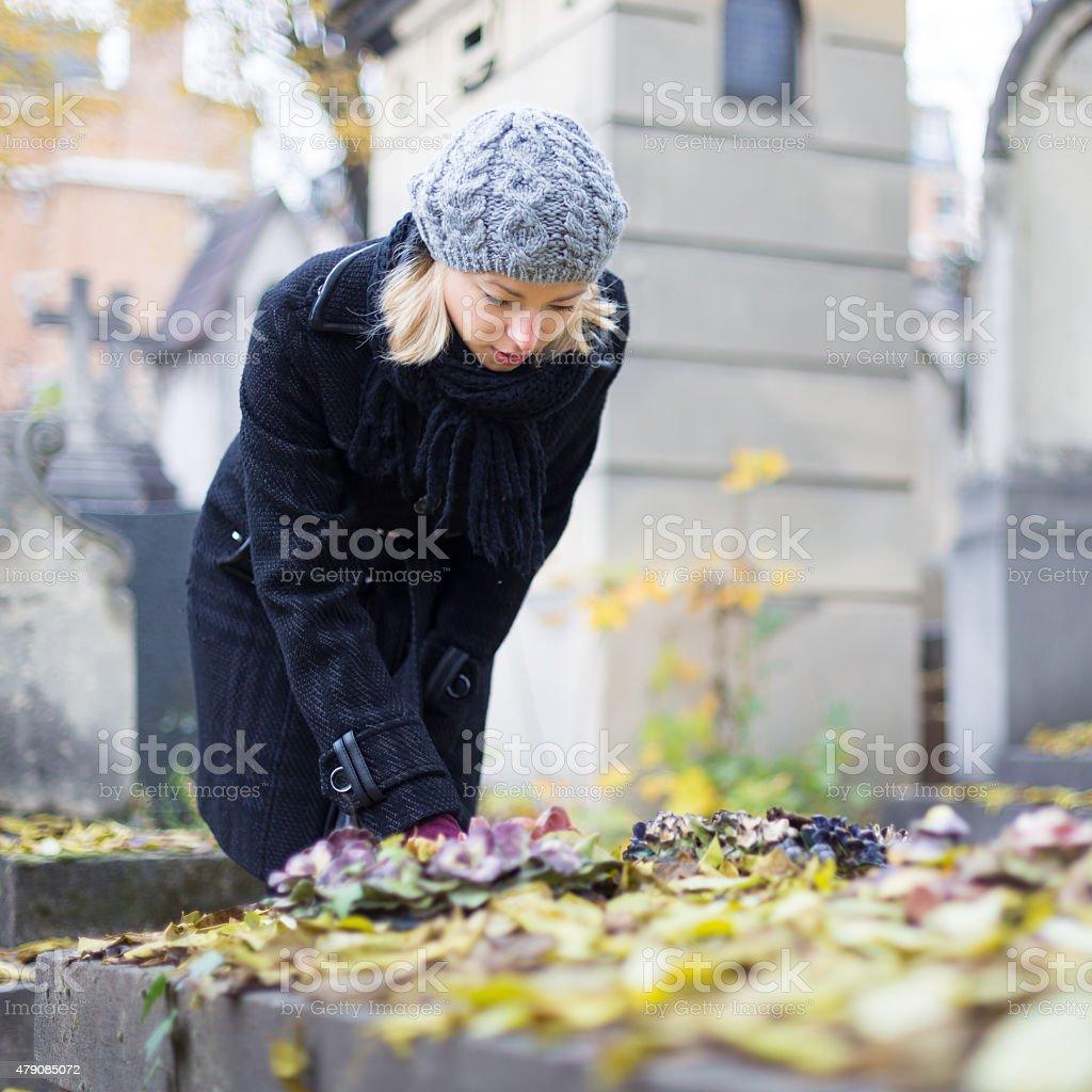 Entspannte Frau Besuch von Verwandten Bahre. Lizenzfreies stock-foto