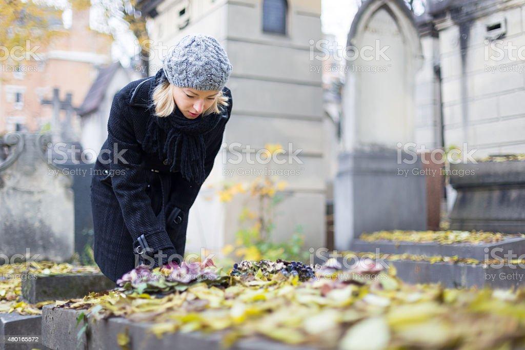 Entspannte Frau Besuch von Verwandten Bahre. - Lizenzfrei 2015 Stock-Foto
