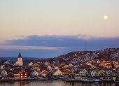 Solnedgång i en kust / fiskeby i Västra Götaland.