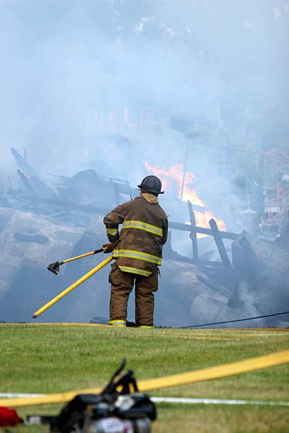 Solo Feuerwehrmann mit Tools Sie in Feuer zone – Foto