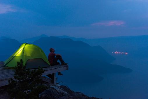 솔로 모험 산에서 하이킹 경관에 대한 스톡 사진 및 기타 이미지