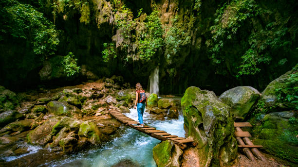 solo el puente de madera viajero cruce de puente de dios en san luis potosí méxico - queretaro fotografías e imágenes de stock
