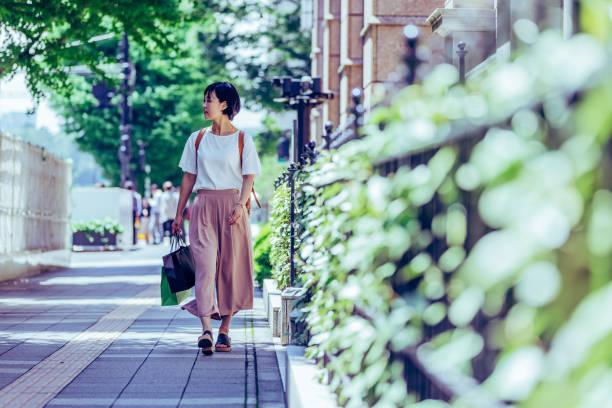 東京の街を歩いて旅行者を一人します。 - 歩く ストックフォトと画像