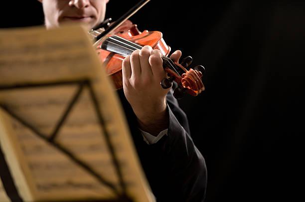 solo violine performance - notenständer stock-fotos und bilder