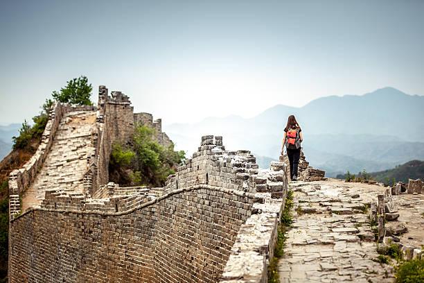 solo frau tourist in great wall of china - chinesische mauer stock-fotos und bilder