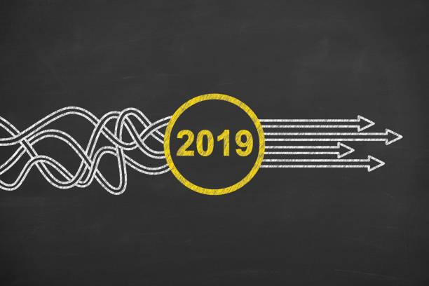 lösung-konzepte-neujahr 2019 an tafel - ideen für silvester stock-fotos und bilder