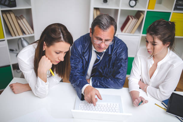 Solving crime Senior agent working in the office with two young female assistant police meeting stock pictures, royalty-free photos & images