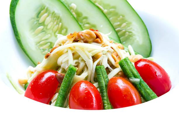 som tum - englischer erbsen salat stock-fotos und bilder