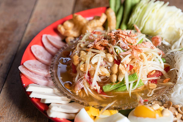 som tum (pounded papaya salad) - laos lebensmittel stock-fotos und bilder