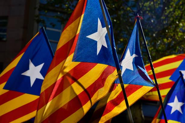 algunos estelada, la bandera independentista catalana - cataluña  fotografías e imágenes de stock