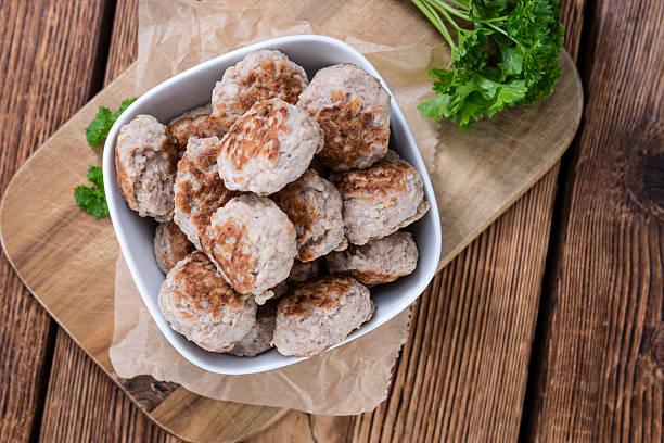 einige frisch zubereiteten fleischbällchen - frikadelle stock-fotos und bilder