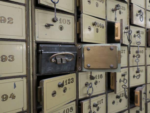 sommige oude bank kluizen met sleutels in de kelder van een voormalige bank foto
