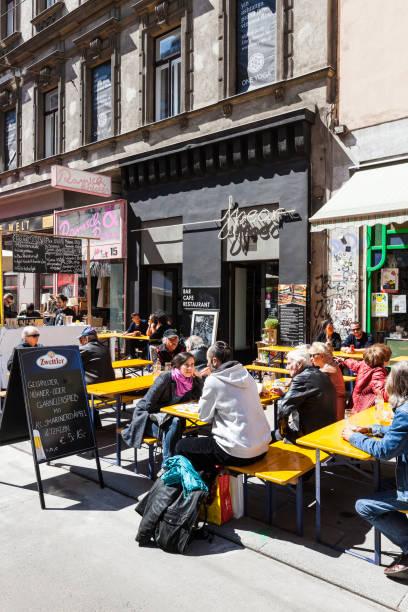 Einige Leute genießen einen sonnigen Tag an die beliebte Wiener shopping Straße Neubaugasse – Foto