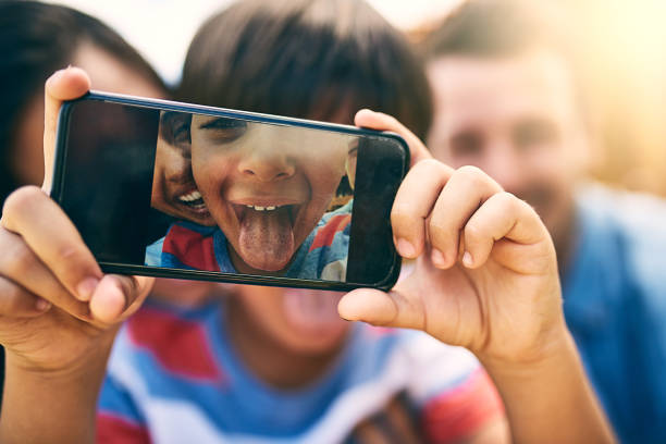 selfie spaß in der sonne - happy weekend bilder stock-fotos und bilder