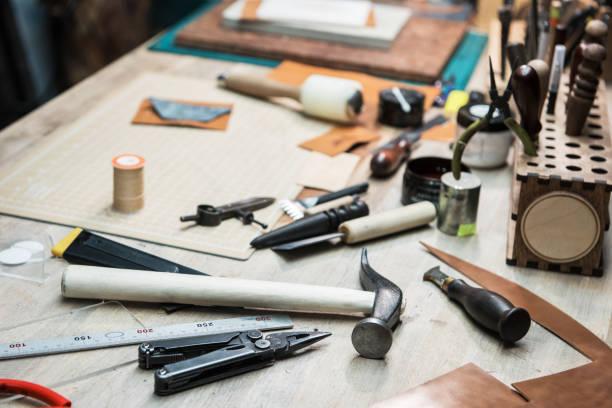 einige werkzeuge für die arbeit mit leder - diy leder stock-fotos und bilder