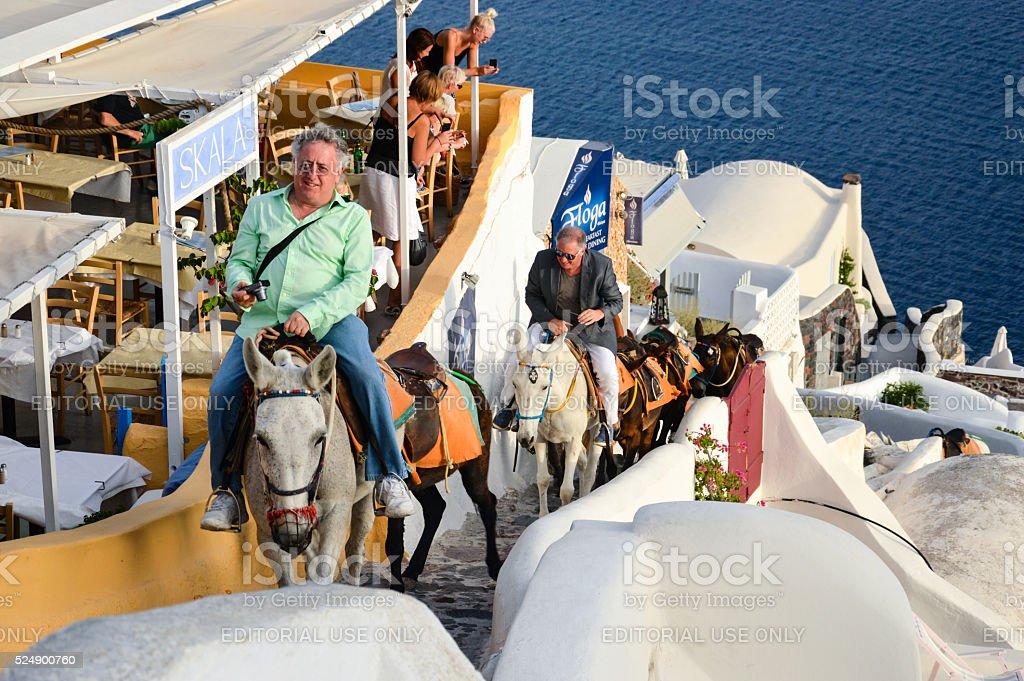 Paar Touristen gehen Sie die Treppe hinauf und Eseln geführt werden – Foto
