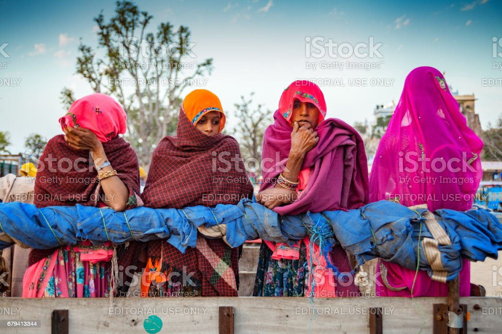 Some unidentified Indian Rajasthani women, travelling to attend fair at Chaksu in Jaipur; photo libre de droits
