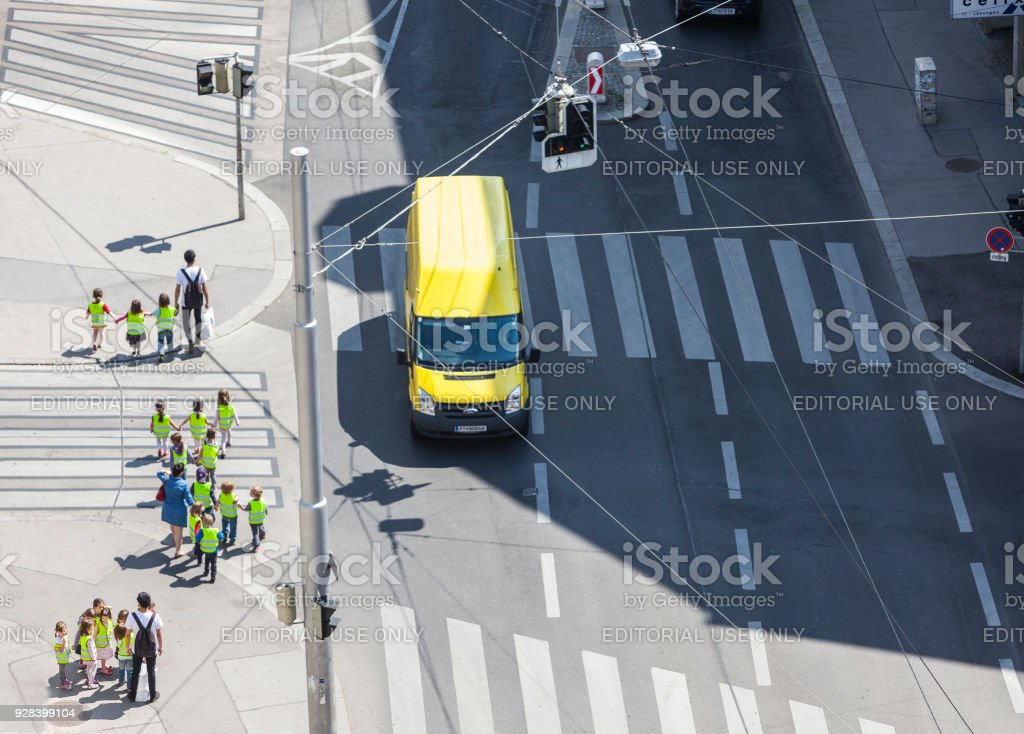 Einige unkenntlich Vorschüler mit ihren Lehrern, die Straße überqueren – Foto