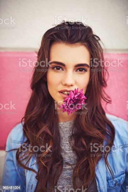Niektóre Kobiety Lubią Diamenty Kocha Kwiaty Zamiast - zdjęcia stockowe i więcej obrazów 20-29 lat