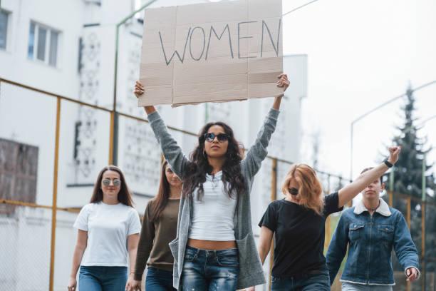 Jemand muss sich bewegen. Gruppe feministischer Frauen protestiert für ihre Rechte im Freien – Foto