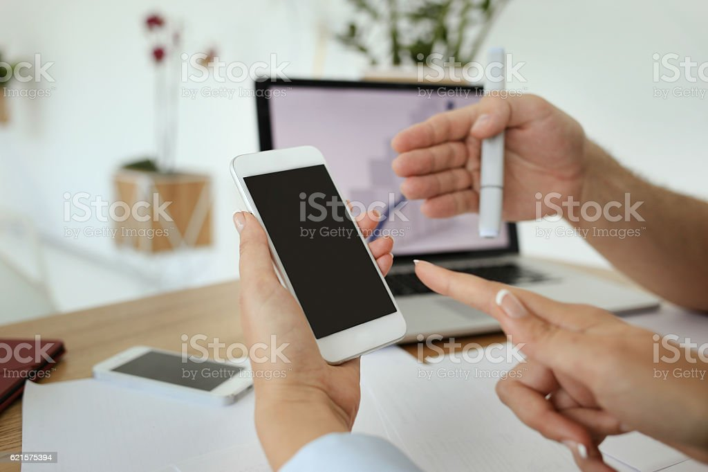 Somebody shows something on the phone screen. photo libre de droits