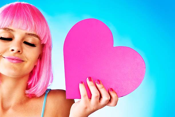eines tages meinen prince kommen! hübsche teenager mit valentinstagherz - barbiekleidung stock-fotos und bilder