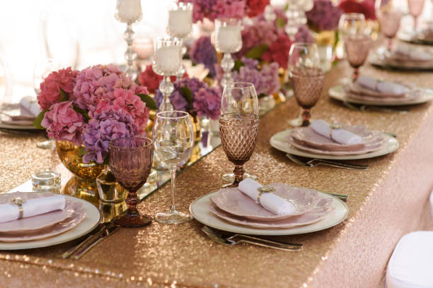 jemandes sitz, tisch-dekoration - tischdeko goldene hochzeit stock-fotos und bilder