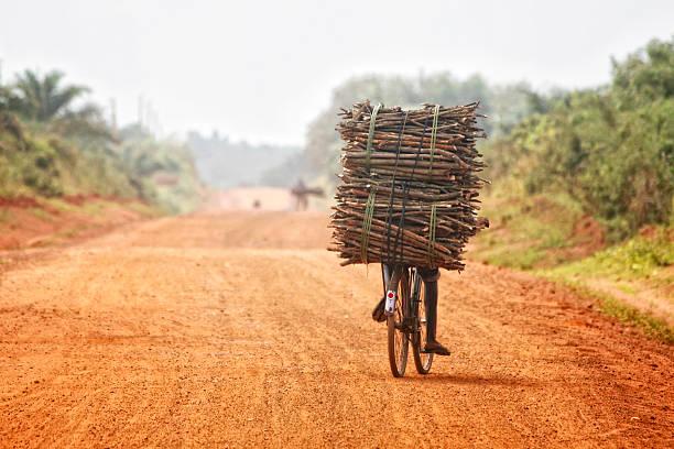 irgendwo in afrika - fahrradträger stock-fotos und bilder