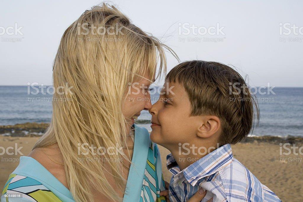 Sohn und Mutter im ocean beach – Foto