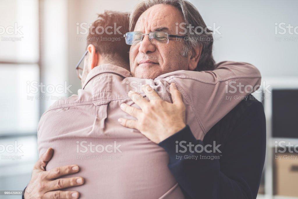 Hijo abraza a su propio padre foto de stock libre de derechos
