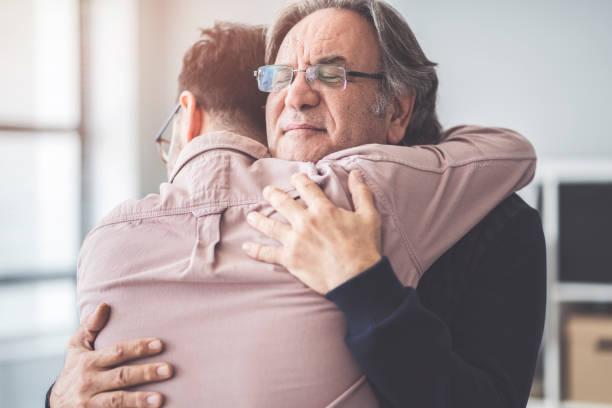 filho abraça o pai dele - pai - fotografias e filmes do acervo