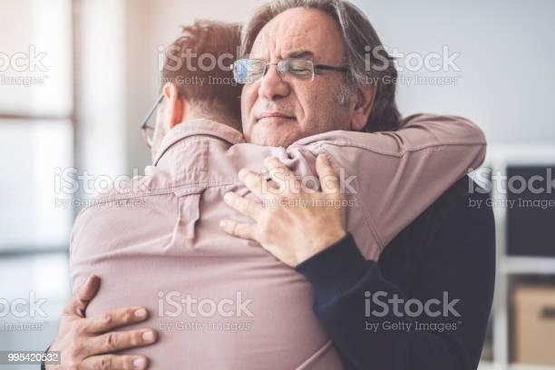 Zoon Knuffels Zijn Eigen Vader Stockfoto en meer beelden van Alleen mannen