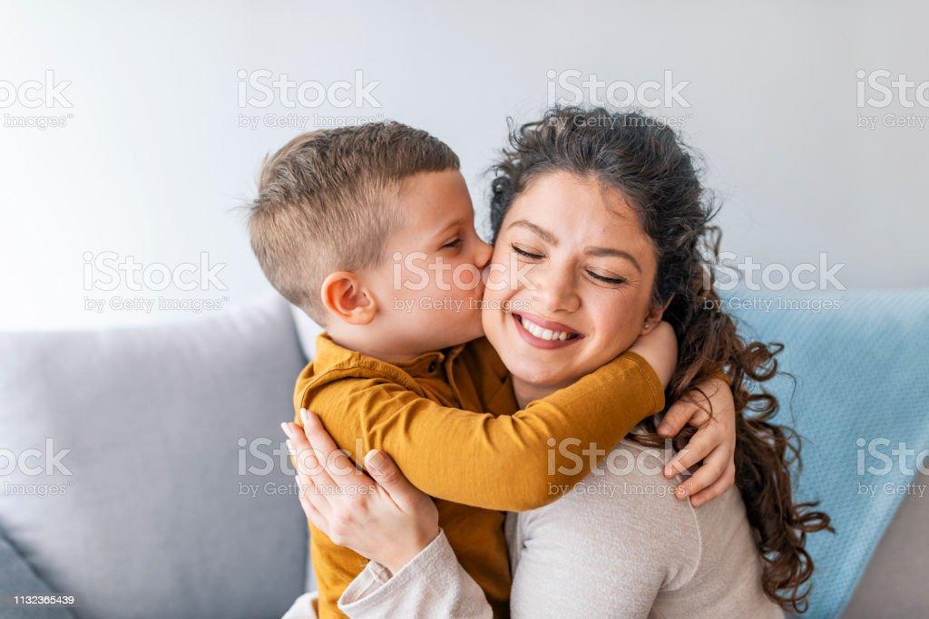 Hijo besa a su madre. - foto de stock