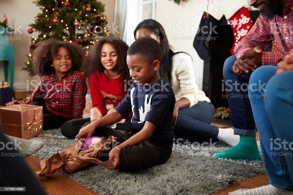 Geschenkideen Familie Weihnachten.Eröffnung Der Sohn Geschenk Als Multigenerationenfamilie Weihnachten