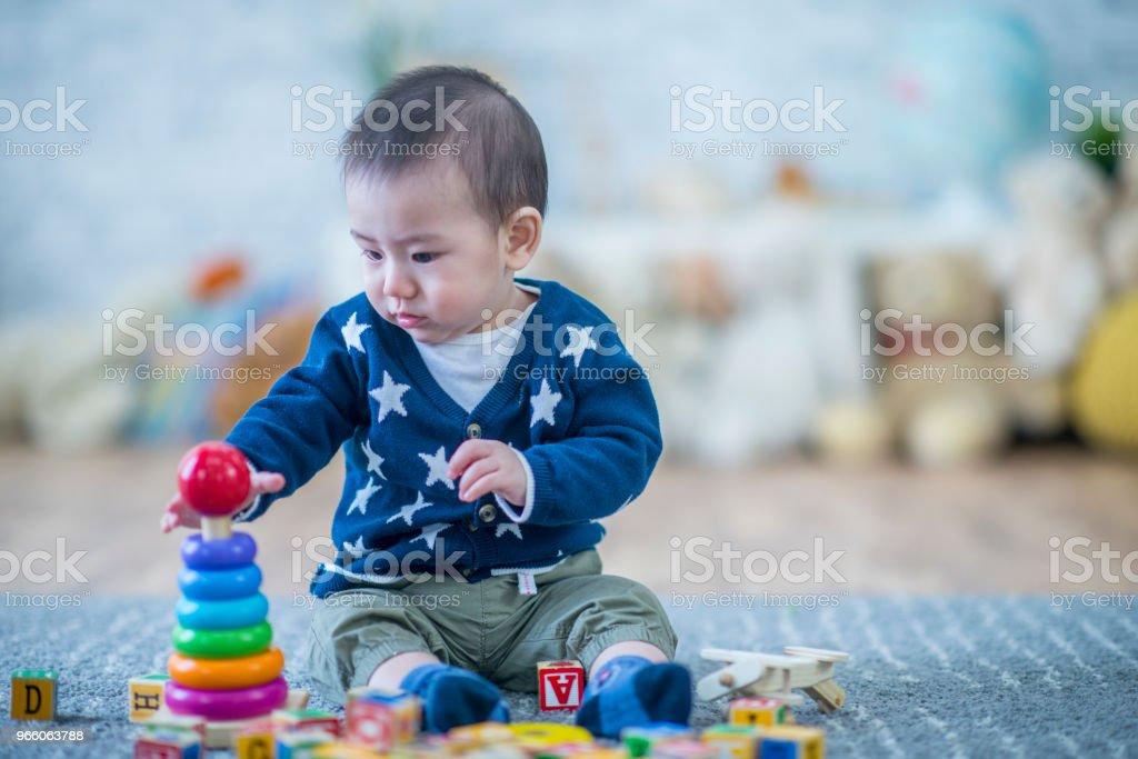Son spelar med ringar - Royaltyfri 12-23 månader Bildbanksbilder