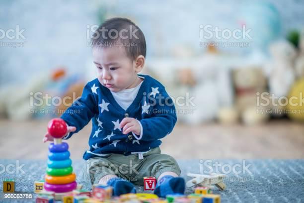 Son Spelar Med Ringar-foton och fler bilder på 12-23 månader