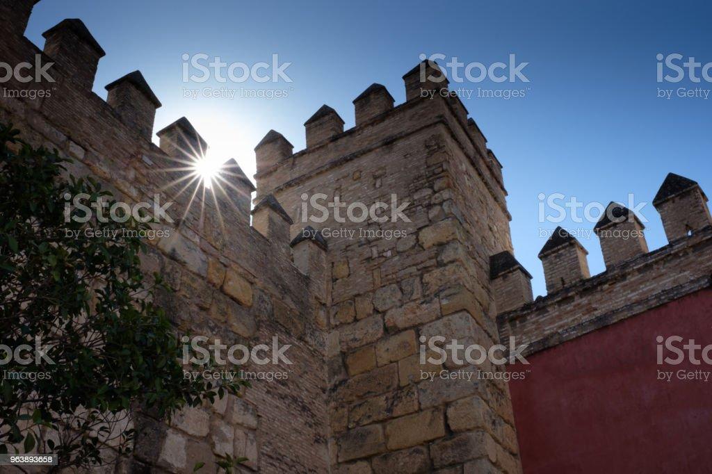 Sonne scheint durch die Zinnen des Königspalasts Real Alcazar in Sevilla, Spanien (Andalusien) - Royalty-free Andalusia Stock Photo