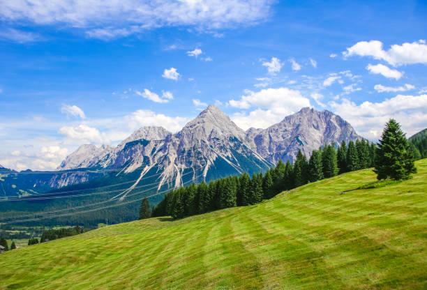 Sonnenspitze con montañas Mieminger en Lermoos, Tirol, Austria - foto de stock