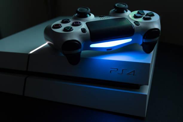 spelcomputer van sony play station 4 en dualshock - playstation stockfoto's en -beelden