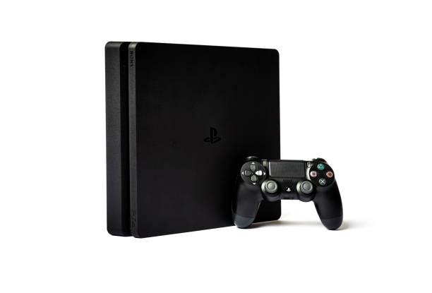 sony playstation 4 en game controller op witte achtergrond - playstation stockfoto's en -beelden