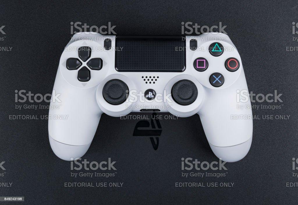 Sony PlayStation 4 Spiel-Konsole mit einem Joystick Dualshock 4, Home-Video-Spielkonsole von Sony Interactive Entertainment entwickelt. – Foto