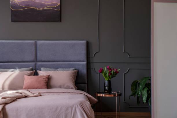 anspruchsvolle pastell schlafzimmer innenraum - pflaumen wände stock-fotos und bilder